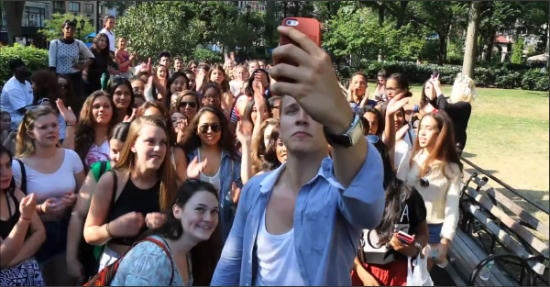 Der Social-Media-Promi Jerome Jarre lud seine Fans via Snapchat zum Treffen auf dem Union Square in New York (Screenshot: Youtube)