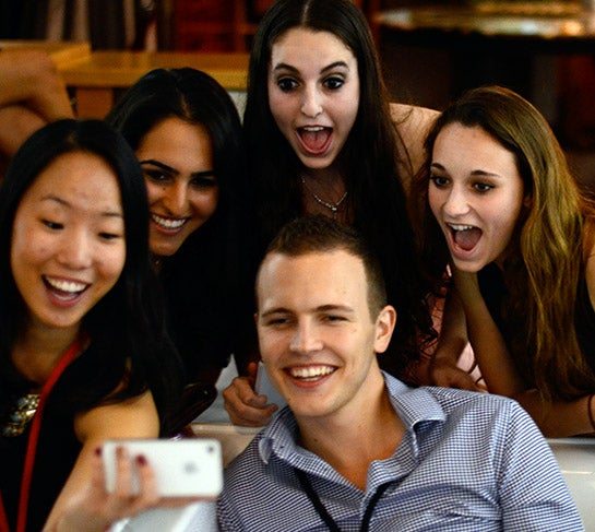 Jerome Jarre mit seinen Fans (Foto: TEDxYouth, CC BY-NC-ND 2.0)
