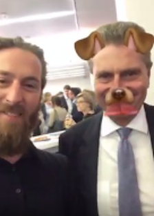 Philip Siefer snappt mit Günther Oettinger.