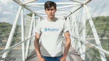 Placeit-Model mit Ramp-Logo-Shirt.