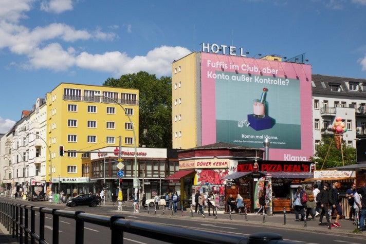 Klarna Plakat Berlin Warschauer Bruecke OMR