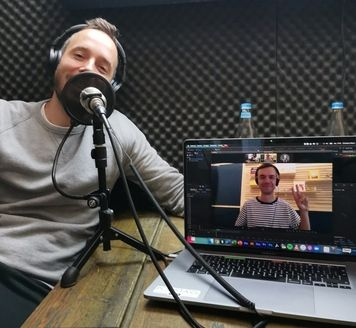 """""""Mit Vergnügen""""-Co-Founder Matze Hielscher samt Signature-Victory-Pose bei der Aufnahme für den OMR Podcast"""