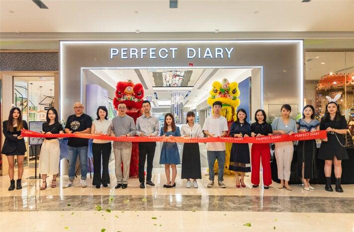 Auch wenn der physische Retail beim Umsatz von Perfect Diary bislang nur eine geringe Rolle spielt, ist das Tempo der Expansion der Marke auch hier beeindruckend: Von der Eröffnung des ersten Geschäfts bis zum 200. Store vergingen gerade einmal 20 Monate