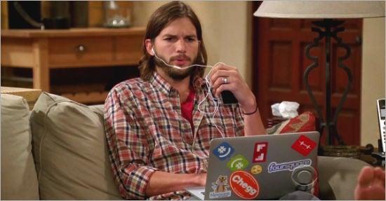 """Ashton Kutcher platzierte einige seiner Beteiligungen unbemerkt von den Produzenten in der Serie """"Two and a Half Men&quot – durch Aufkleber auf seinem Notebook"""