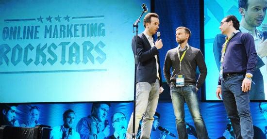 Facelift-Gründer Benjamin Schroeter (zweiter von links) und Teja Töpfer (ganz rechts) im Interview mit Moderator Philipp Westermeyer bei den Online Marketing Rockstars 2014