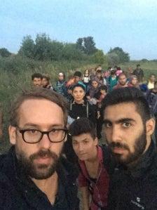 Paul Ronzheimer bei seiner Reportage von der Flüchtlingsroute (Quelle: Twitter).